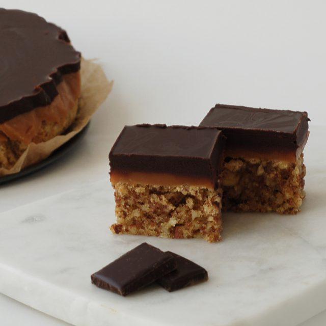 Konfektkake med karamell og sjokoladetopp